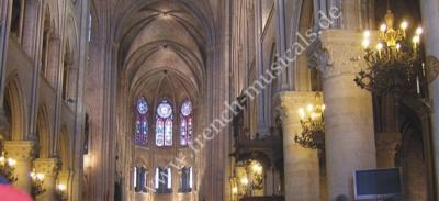 Blick in die mittelalterliche Kathedrale Notre Dame
